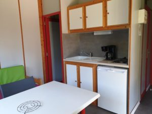 location-chalet-2-chambres-cuisine-camping-au-lac-hautibus
