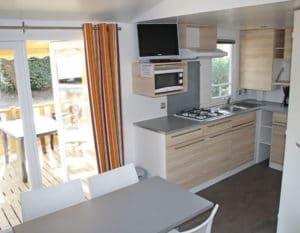 location-mobil-home-2-chambres-5-personnes-cuisine-camping-au-lac-hautibus
