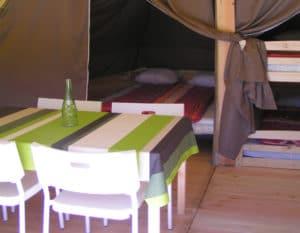 location-tipi-insolite-2-chambres-4-personnes-sejour-camping-au-lac-hautibus