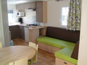 location-mobil-home-2-chambres-confort-plus-cuisine-deux-sevres-camping-au-lac-hautibus