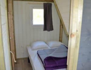 Lodge-chalet-6-personnes-chambre-parentale-camping-au-lac-hautibus
