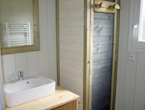 Lodge-chalet-insolite-6-personnes-avec-douche-camping-au-lac-hautibus