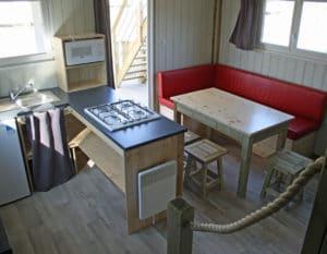 Lodge-chalet-insolite-6-personnes-avec-sejour-et-climatisation-camping-au-lac-hautibus